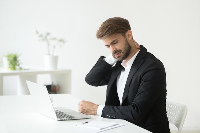 Firmenfitness Übungen am Arbeitsplatz gegen Verspannungen, Rückenschmerzen